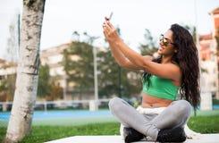Mujer que toma selfies Foto de archivo libre de regalías
