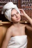 Mujer que toma tratamientos del balneario Imagenes de archivo