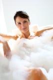 Mujer que toma un baño Imagen de archivo libre de regalías