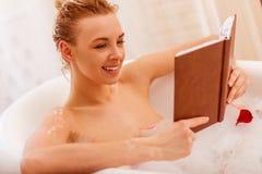 Mujer que toma un baño fotos de archivo libres de regalías