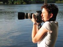 Mujer que toma un cuadro Foto de archivo