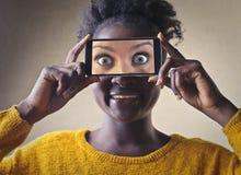 Mujer que toma un cuadro Fotos de archivo