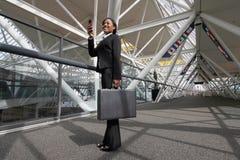 Mujer que toma un cuadro en su teléfono de la cámara foto de archivo libre de regalías