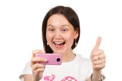 Mujer que toma un cuadro por cameraphone Imagenes de archivo