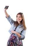 Mujer que toma un retrato de uno mismo Fotografía de archivo libre de regalías
