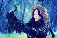 Mujer que toma un retrato del selfie en el parque Imagen de archivo libre de regalías