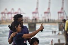 Mujer que toma un selfie en el embarcadero de la cara de la rozadura Imágenes de archivo libres de regalías
