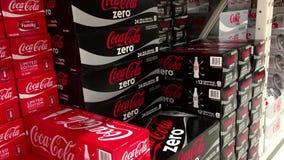 Mujer que toma una caja de Coca-Cola light