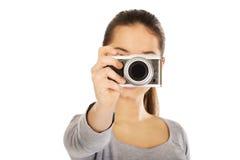 Mujer que toma una foto con una cámara Imagenes de archivo