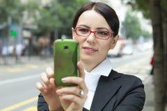 Mujer que toma una imagen con el teléfono móvil foto de archivo