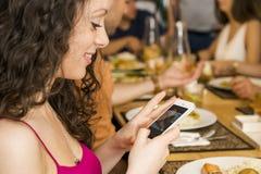 Mujer que toma una imagen de la comida Imágenes de archivo libres de regalías