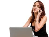Mujer que toma una llamada en su móvil Imagen de archivo