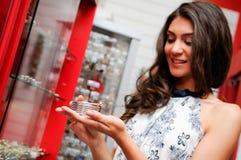 Mujer que toma una pulsera en un almacén de joyería Foto de archivo