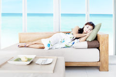Mujer que toma una siesta en sala de estar Fotografía de archivo libre de regalías