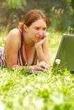 Mujer que trabaja al aire libre Fotos de archivo