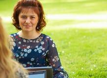 Mujer que trabaja al aire libre Imagen de archivo libre de regalías
