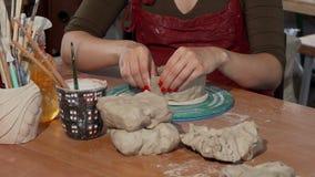 Mujer que trabaja con cerámica en el taller de la cerámica metrajes