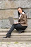 Mujer que trabaja con la computadora portátil Imagen de archivo libre de regalías