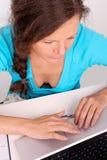 Mujer que trabaja con la computadora portátil, retrato Foto de archivo libre de regalías