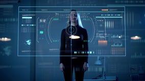Mujer que trabaja con la pantalla táctil virtual del ordenador almacen de video