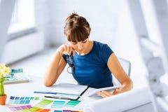 Mujer que trabaja con las muestras del color para la selección Fotografía de archivo libre de regalías