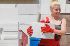 Mujer que trabaja con los airbricks fotografía de archivo libre de regalías