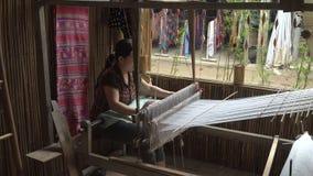 Mujer que trabaja con un telar de la cintura almacen de metraje de vídeo