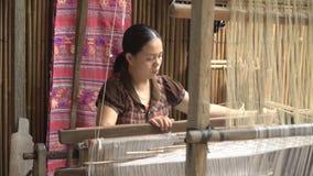 Mujer que trabaja con un telar de la cintura almacen de video