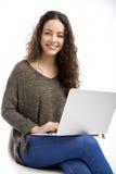 Mujer que trabaja con una computadora portátil Fotos de archivo