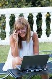Mujer que trabaja durante sus vacaciones de verano imágenes de archivo libres de regalías