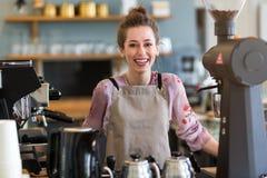 Mujer que trabaja en cafetería imagen de archivo