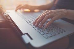 Mujer que trabaja en casa la mano de la oficina en cierre del teclado para arriba imagen de archivo libre de regalías