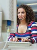 Mujer que trabaja en centro de atención telefónica Foto de archivo libre de regalías