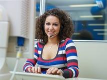 Mujer que trabaja en centro de atención telefónica Imagen de archivo libre de regalías