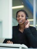 Mujer que trabaja en centro de atención telefónica Fotos de archivo