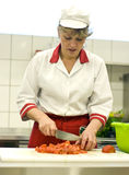 Mujer que trabaja en cocina Imagen de archivo