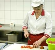 Mujer que trabaja en cocina Foto de archivo libre de regalías