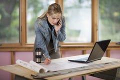 Mujer que trabaja en el emplazamiento de la obra