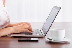 Mujer que trabaja en el ordenador Fotos de archivo