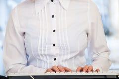 Mujer que trabaja en el ordenador Imagenes de archivo