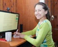 Mujer que trabaja en el ordenador Foto de archivo libre de regalías