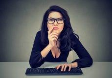 Mujer que trabaja en el ordenador Concepto de pensamiento de planificación imagen de archivo libre de regalías