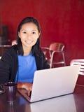 Mujer que trabaja en el ordenador portátil Fotos de archivo libres de regalías