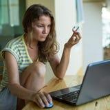 Mujer que trabaja en el ordenador portátil en el mirador imagen de archivo libre de regalías