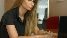 Mujer que trabaja en el ordenador portátil en la oficina