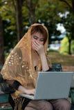 Mujer que trabaja en felicidad. Imagen de archivo libre de regalías