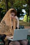 Mujer que trabaja en felicidad. Imágenes de archivo libres de regalías