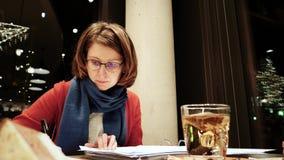 Mujer que trabaja en freelancers alemanes del ½ del ¿del cafï almacen de video