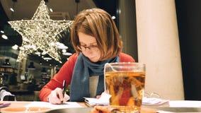 Mujer que trabaja en freelancers alemanes del café metrajes
