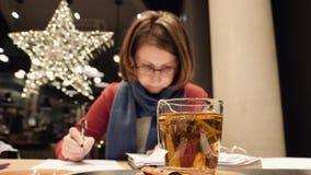 Mujer que trabaja en freelancers alemanes del café almacen de metraje de vídeo